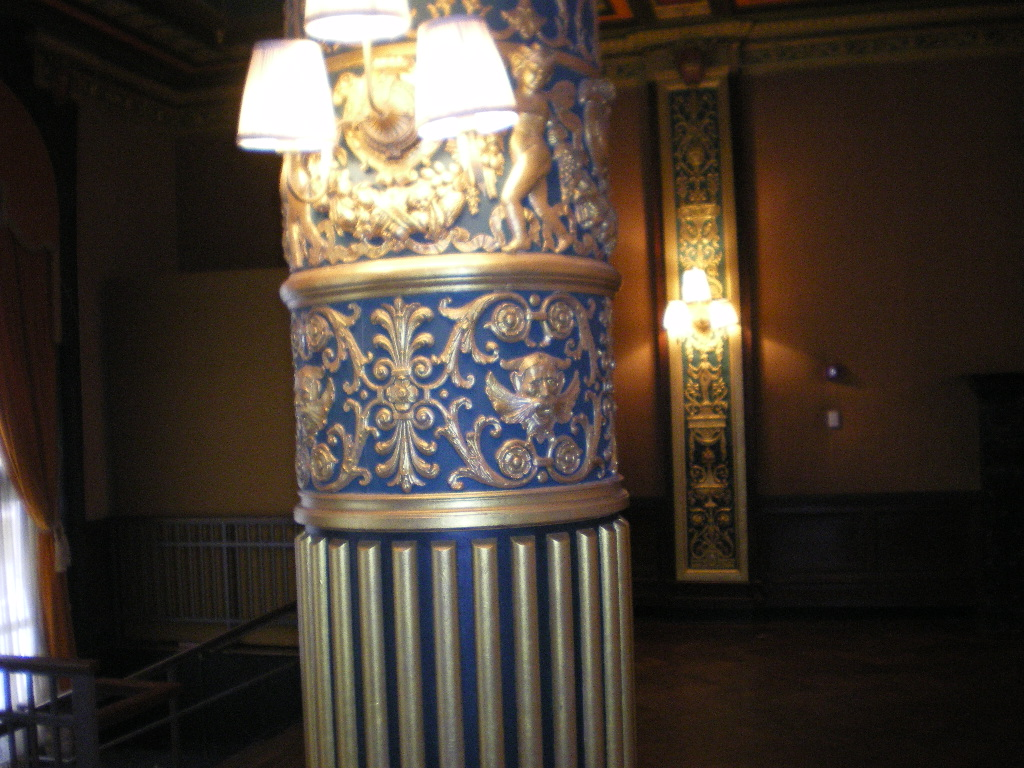 Solid column with Corinthian plaster capital